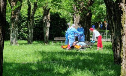 Paura per una ragazza trovata incosciente al parco