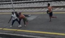 Le impressionanti immagini dell'ennesima violenta rissa in stazione a Lecco