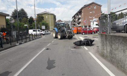 Incidente in centro paese: moto si schianta contro trattore