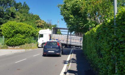 Camion incastrato, strada chiusa