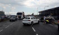 Schianto auto moto: 21enne in condizioni serie