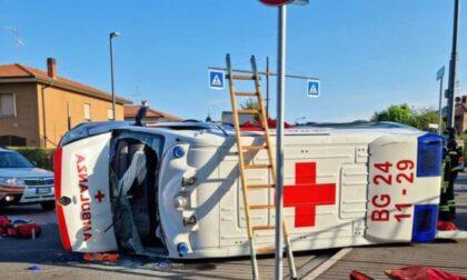 Auto contro ambulanza, quattro feriti