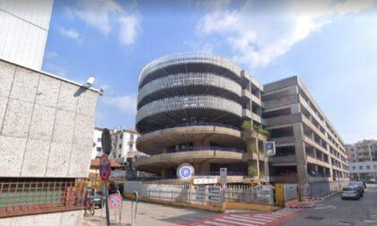Precipita dall'autosilo: muore una donna a Como