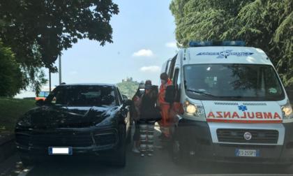Follia a Cernusco: ruba l'auto a una donna, si schianta e prende a bastonate un anziano