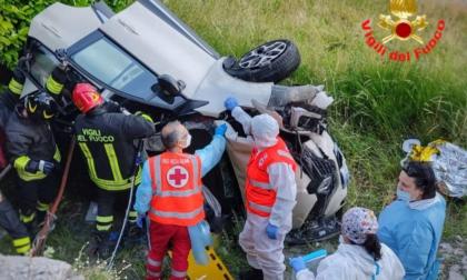 Drammatico incidente sulla Provinciale: auto si ribalta e finisce nella scarpata. Due feriti in condizioni serie