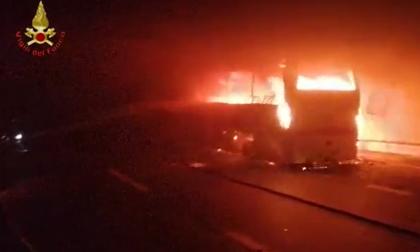 Autobus in fiamme nella galleria Fiumelatte: chiusa la Statale 36in direzione nord. 25 ragazzini salvati dall'autista eroe