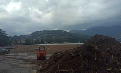 Una marea di fango e legname, lago invaso dai detriti: battelli sospesi