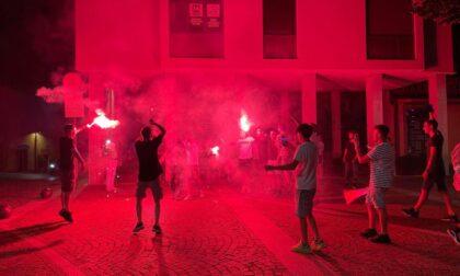 Fumogeni, cori e bagno nella fontana: la gioia dei meratesi per la vittoria dell'Italia