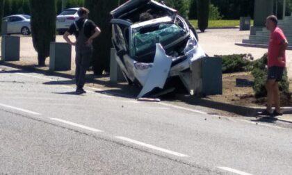 """Auto """"vola"""" e si schianta contro un arredo urbano: conducente in ospedale"""