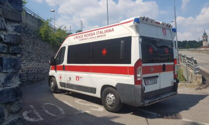 Giovane ferito alla mano davanti alla stazione