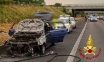 Auto a fuoco sulla Statale 36: rimane solo la carcassa