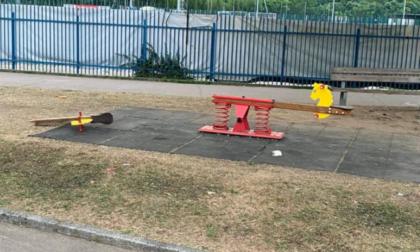 Rotti i giochi per bambini, sindaco furente