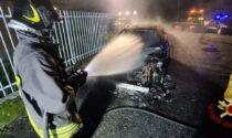 Auto in fiamme, danneggiata quella parcheggiata di fianco