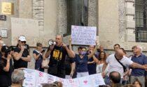 """""""No green pass"""": i manifestanti sfilano senza autorizzazione in centro Bergamo"""