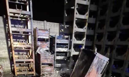 Incendio in un deposito di un'azienda: le foto
