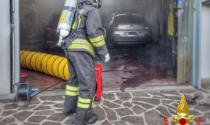 Incendio in un capannone, intossicata una donna