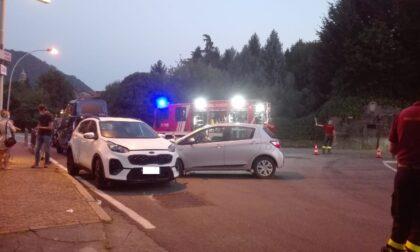 Schianto tra due auto davanti alla caserma dei Carabinieri