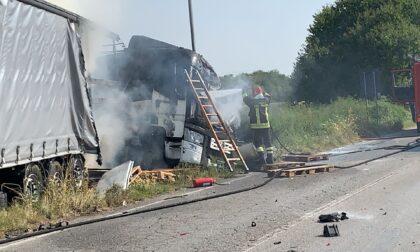 Camion a fuoco dopo lo schianto contro un'auto. Morto il camionista
