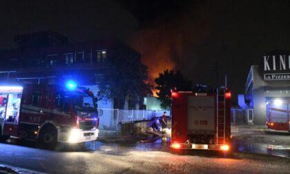 Le foto dello spaventoso incendio in una fabbrica di mascherine