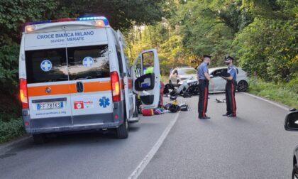 Perde il controllo della moto e si schianta contro un'auto: grave 44enne