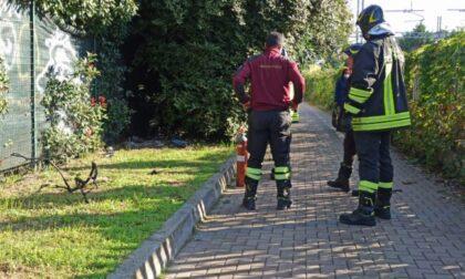 Fiamme lungo la linea ferroviaria Lecco-Milano: intervento dei Vigili del fuoco