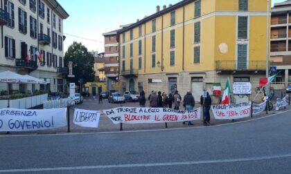 Scatta l'obbligo del Green pass sul lavoro e a Lecco partono le proteste: presidio davanti al Comune