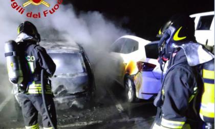 Due auto a fuoco nel cuore della notte